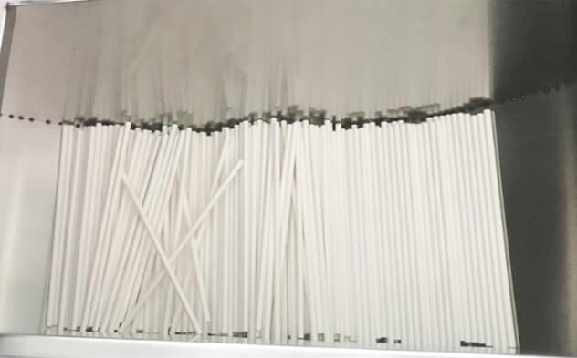カットされた紙ストローが一カ所に集められている写真