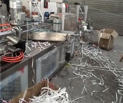 ゴミだらけの紙ストロー製造機周辺