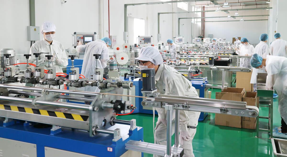 清潔でクリーンな紙ストロー工場で働く従業員の写真