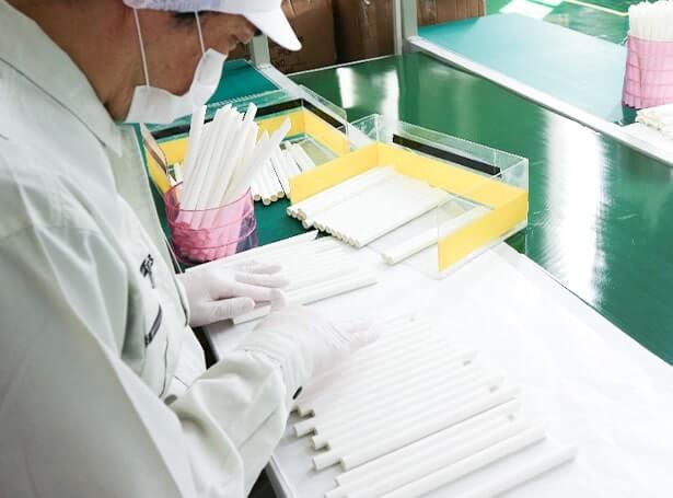 完成した紙ストローが大量に収められた箱が集まった写真